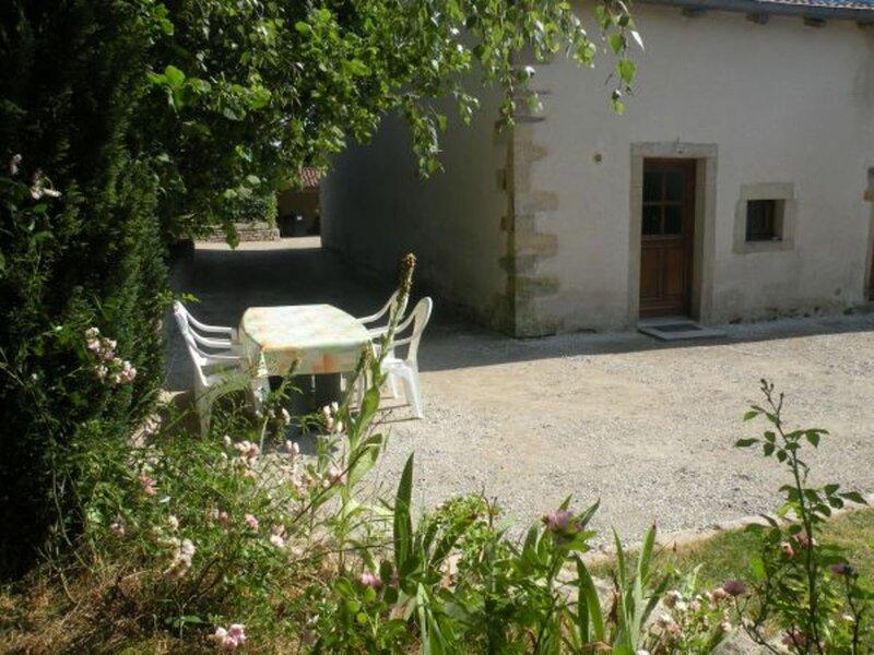 Gîte à DOMMARTIN-AUX-BOIS, holiday rental in Mirecourt