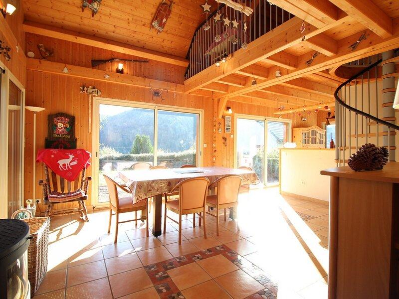 LE MONT DORE - SPACIEUX CHALET AVEC PARKING ET TERRAIN, location de vacances à Rochefort-Montagne