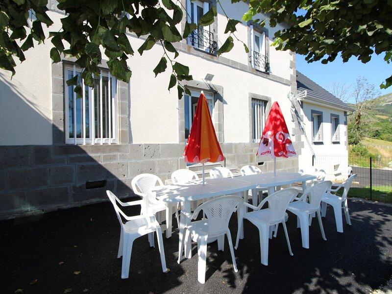 MURAT LE QUAIRE SPACIEUX T4 AVEC TERRASSE, location de vacances à Rochefort-Montagne