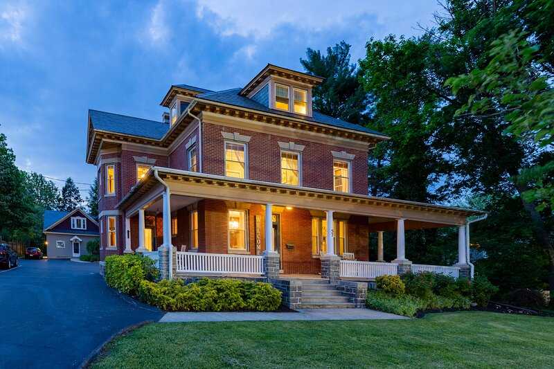 The 1912 Craftsman On Main ~ Amish Country~Balcony, holiday rental in Intercourse