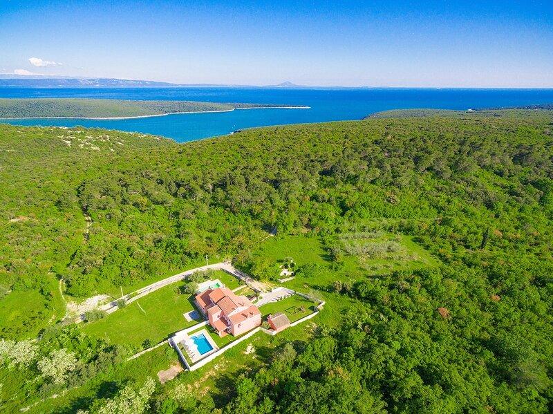 Villa Prisedi with Private Pool, Games Room, BBQ, Terrace..., alquiler vacacional en Rakalj