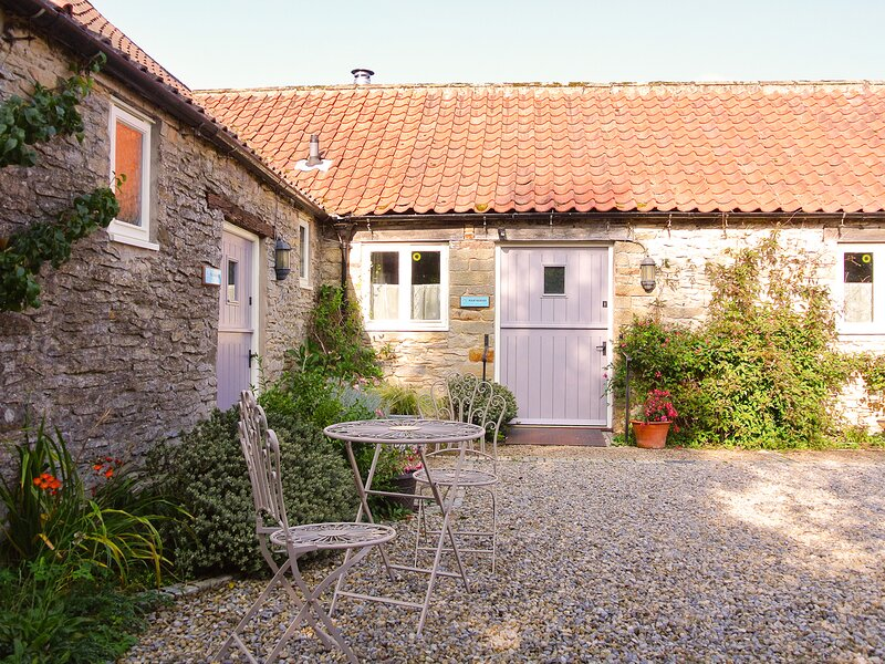 PARTRIDGE COTTAGE, pet-friendly, character holiday cottage, with a garden in, location de vacances à Nawton