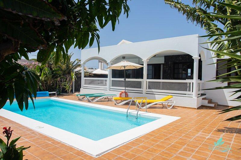 Impeccable 3-Bed Villa in Playa Blanca, holiday rental in Playa Blanca