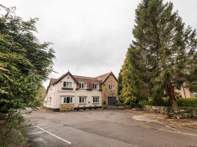 POACHER'S ARMS, all bedrooms with TV and en-suite, games room, in Hope, Ref, holiday rental in Edale