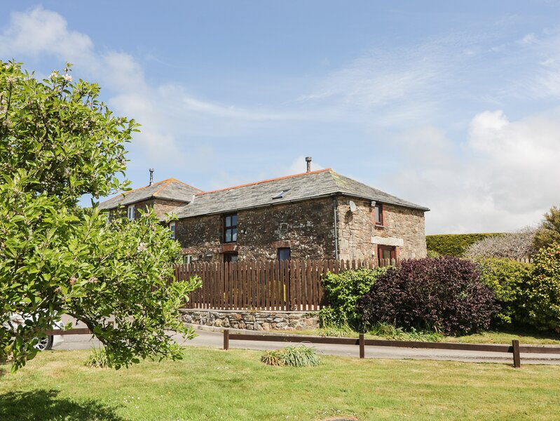 APPLESTORE welcoming barn conversion, pretty garden, peaceful countryside, holiday rental in St Minver