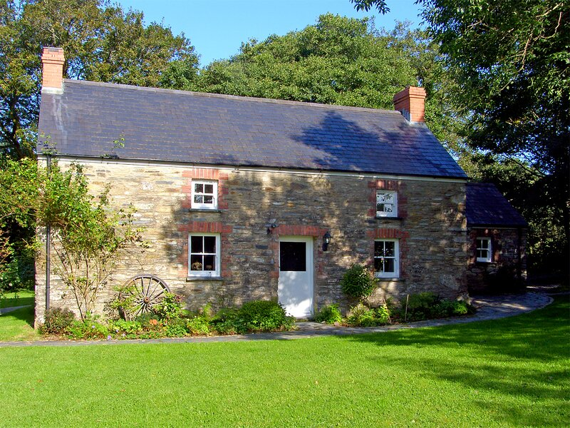 PENLANFACH FARMHOUSE, character holiday cottage, with open fire in Crymych, Ref, vacation rental in Clydey