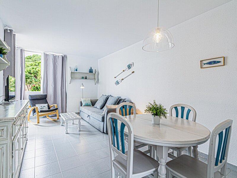 Apartment with terrace a few steps from the beach, alquiler de vacaciones en Sant Cebrià de Vallalta