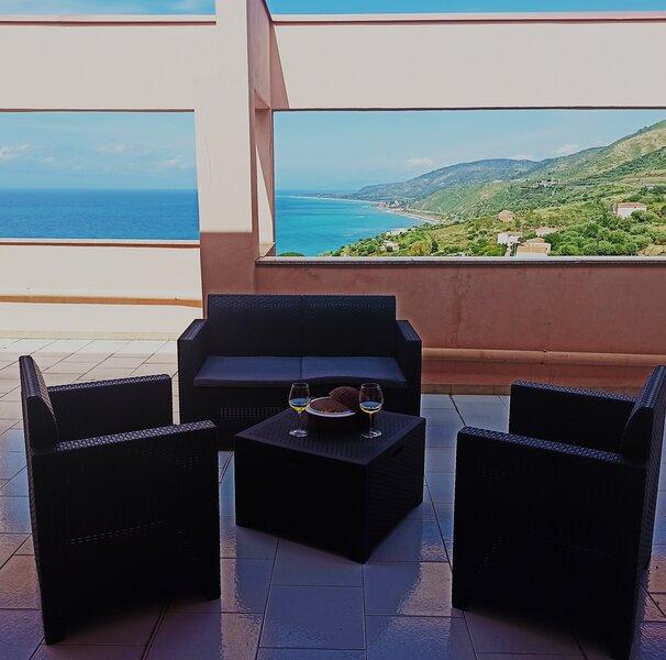 l' Attico: una finestra sul mare!, vacation rental in Caronia