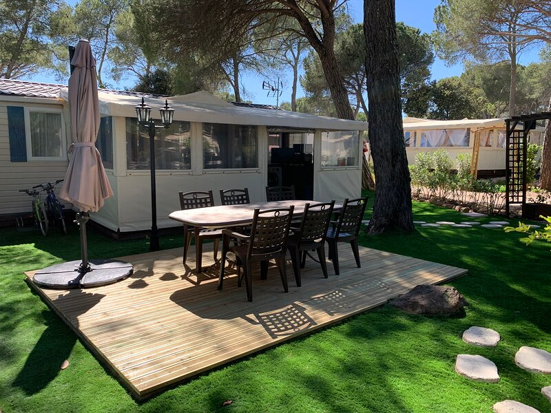 Amazing bungalow with shared pool, holiday rental in Puget-sur-Argens