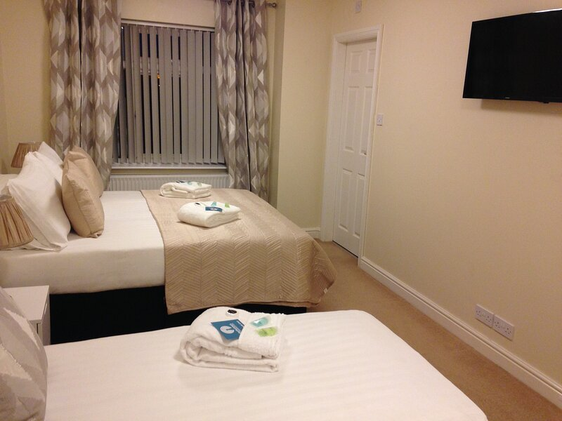 The Flintshire - 3 Bedroom House with Parking - Sleeps up to 8, holiday rental in Pentre Halkyn