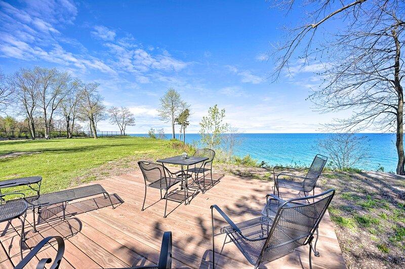 NEW! Modern Home w/ Hot Tub + Lake Michigan Views!, alquiler de vacaciones en Benton Harbor