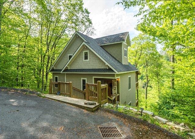 Hearth & Gnome | Pet-friendly Cottage with Deck & Stunning Mountain Views!, location de vacances à Mars Hill