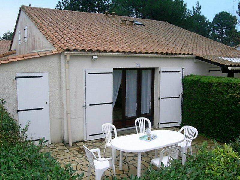 LA PALMYRE - PETITE VILLA MITOYENNE -PISCINE COLLECTIVE- PROCHE CENTRE, holiday rental in La Palmyre-Les Mathes