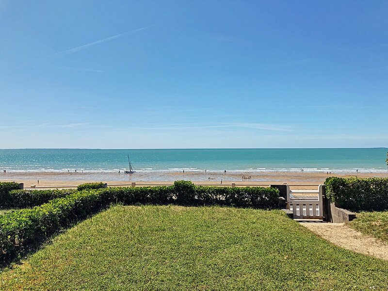 Appartement mitoyen en bordure de mer, 500m des commerces, holiday rental in Carolles