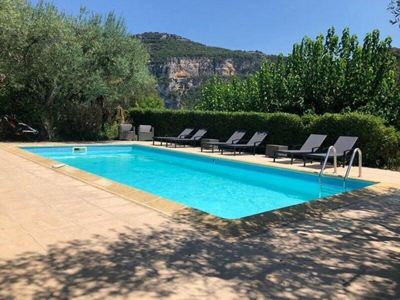 Villa avec piscine chauffée 8 personnes à VALLON PONT D'ARC, holiday rental in Saint-Remeze