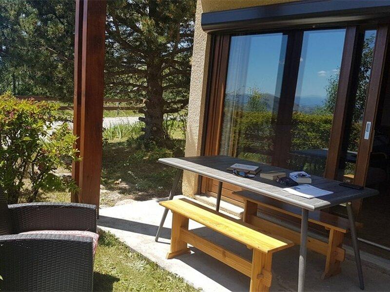Appt rez de jardin dans petite résidence, holiday rental in La Motte-en-Champsaur