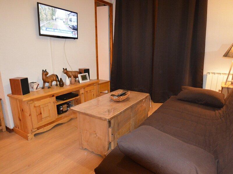 Appartement chaleureux avec vue sur les pistes, holiday rental in Levassaix