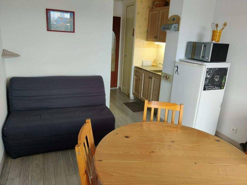 Studio cabine pour 4 pers dans le centre ville de Merville Franceville, holiday rental in Petiville