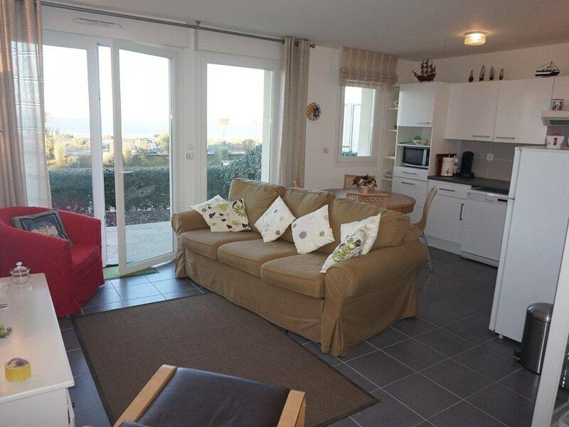 Appartement en rez-de-jardin, front de mer pour 4 personnes, vacation rental in Merville-Franceville-Plage