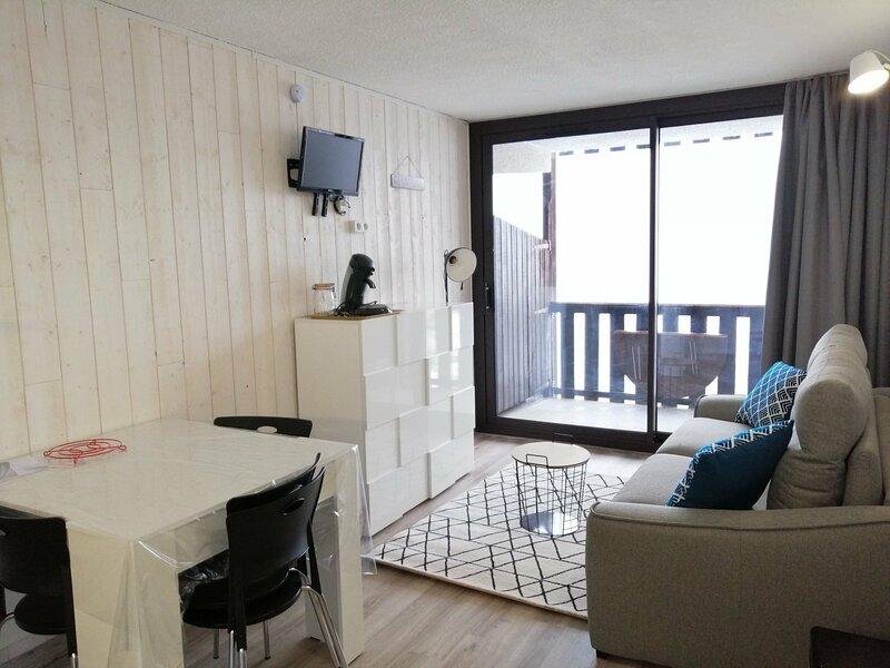 Studio rénové pour 4, proche des pistes et du centre de la station, balcon avec, holiday rental in Pra Loup