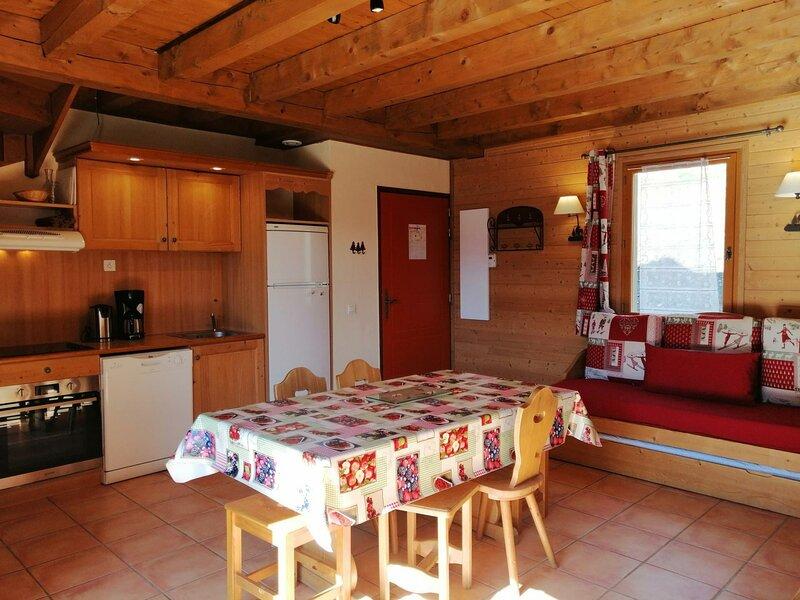 Spacieux 1/2 chalet pour 6, situé dans un hameau typique montagne à Pra Loup, holiday rental in Uvernet-Fours