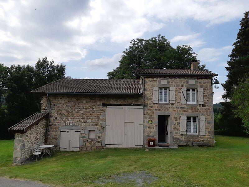 Le Bourg de Lavoine, holiday rental in Le Mayet-de-Montagne
