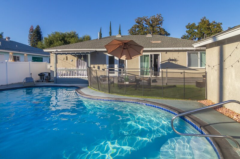 Gorgeous remodeled contemporary Private house with 4 bedrooms and pool, holiday rental in Bell Canyon