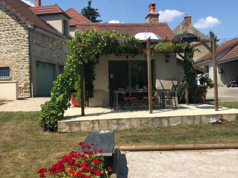 La maison de Georges, casa vacanza a Saint-Priest-Bramefant