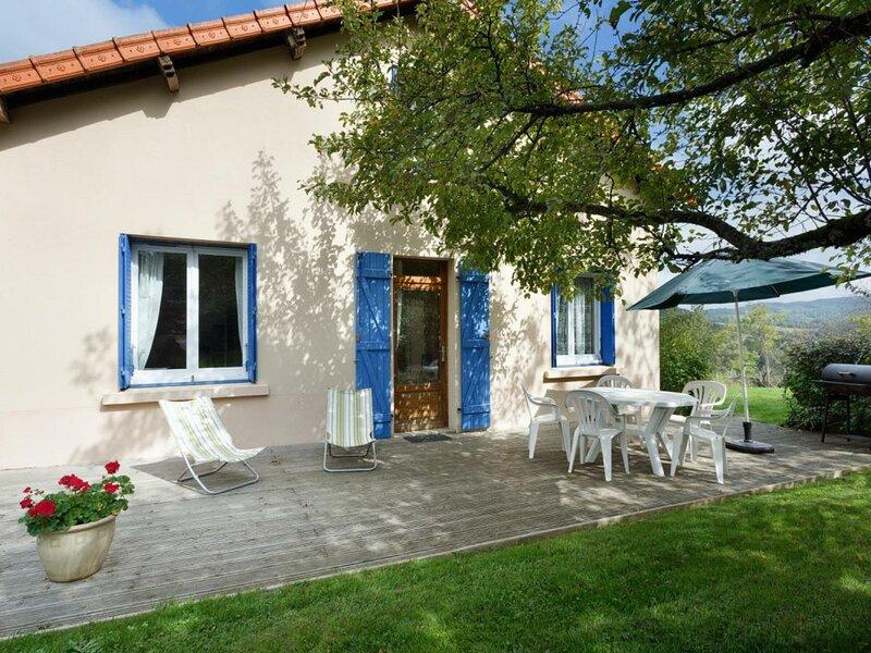 La Maison Bleue, holiday rental in Le Mayet-de-Montagne