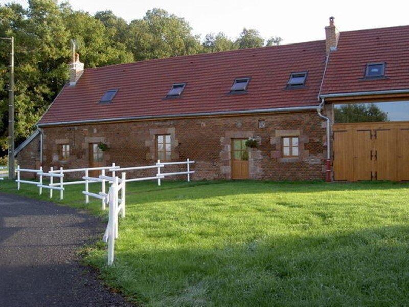 LE RUSTIQUE, holiday rental in Dompierre-sur-Besbre