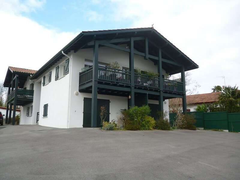 CAMBO LES BAINS, C153 : T1 bis 2 couchages en 90, 1 clicclac, holiday rental in Hasparren