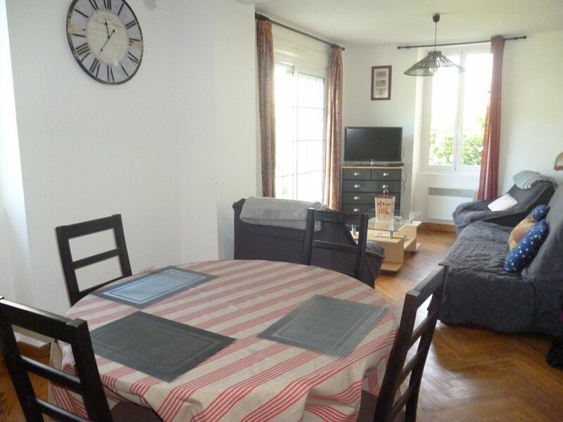 CAMBO LES BAINS, C202 : RDC MAISON 2 pièces, 2 couchages, holiday rental in Bidarray