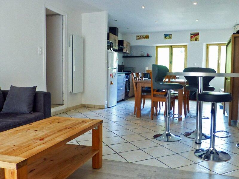 APPARTEMENT FAMILIAL 4 PERSONNES - VUE PARC ET RIVIERE, holiday rental in Brides-les-Bains