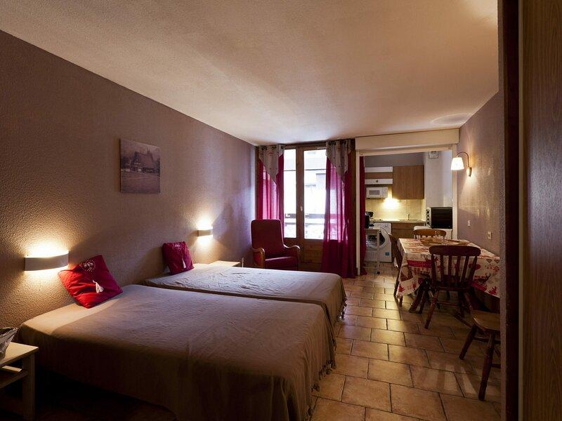 STUDIO 4 PERSONNES, BALCON SPACIEUX, location de vacances à Brides-les-Bains