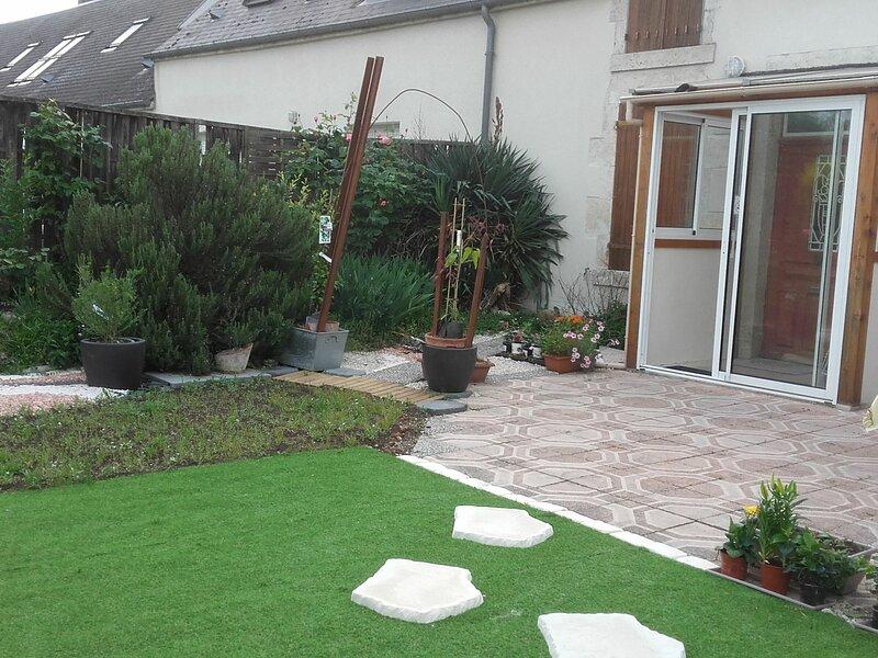 Maison ancienne pierre rénovée proche Loire, Orleans, bourg, holiday rental in Meung-sur-Loire