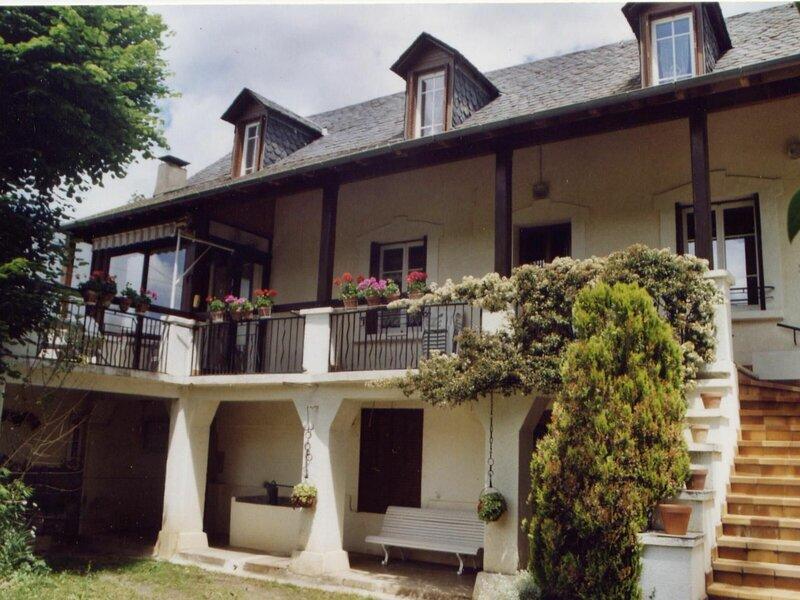 Une belle maison indépendante, alquiler vacacional en Sainte-Eulalie-d'Olt