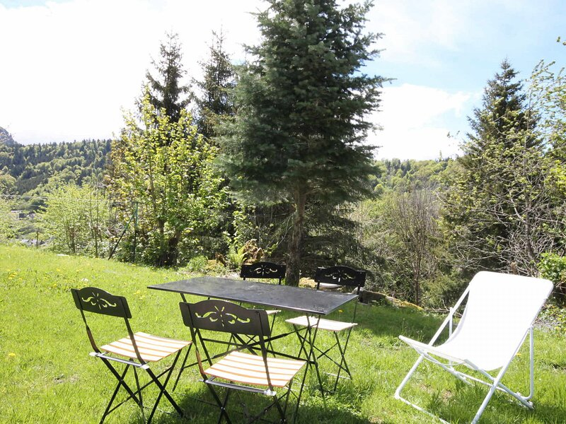LE MONT-DORE BEAU STUDIO A 600M DES THERMES, holiday rental in Orcival