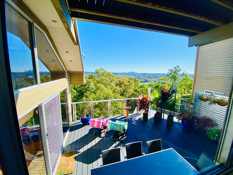 STUNNING CITY & MOUNTAIN VIEWS – Spacious 3+ Bed home over 4 levels + Pool, alquiler vacacional en Burleigh Heads