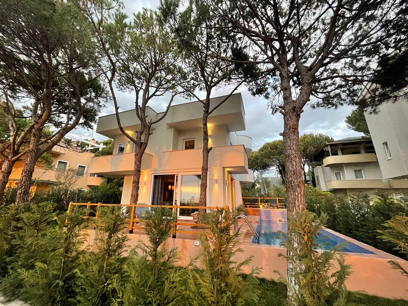 Lovely beachfront villa with a private pool, alquiler vacacional en Kavaje