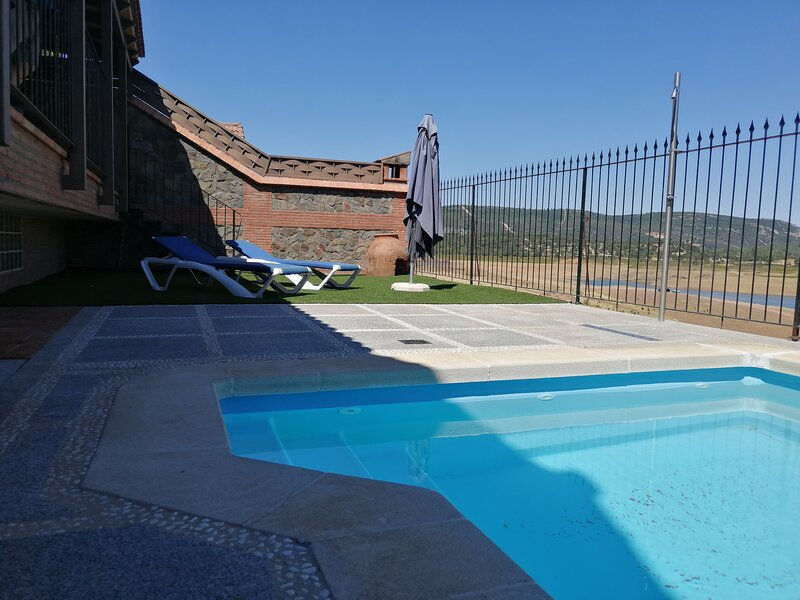 Amazing villa with swimming-pool, holiday rental in Sevilleja de la Jara