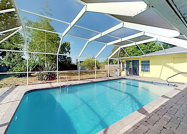 Private Pool Paradise   Screened Patio & Grill   Foosball & Shuffleboard, holiday rental in Tallevast