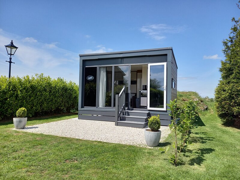THE POD, Deluxe Glamping, Swift S-Pod at Mornest Caravan Park, WiFi, Anglesey, casa vacanza a Bodffordd