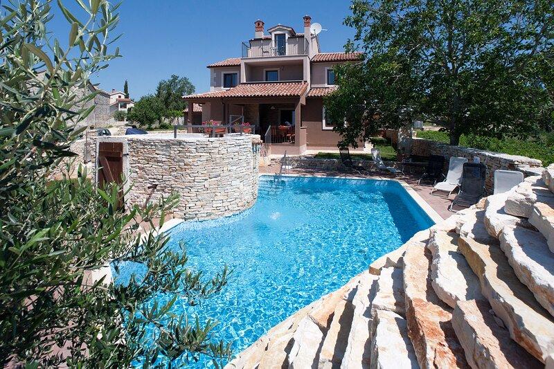 Villa with 5 bedrooms and the pool in village Cukrići, location de vacances à Jursici