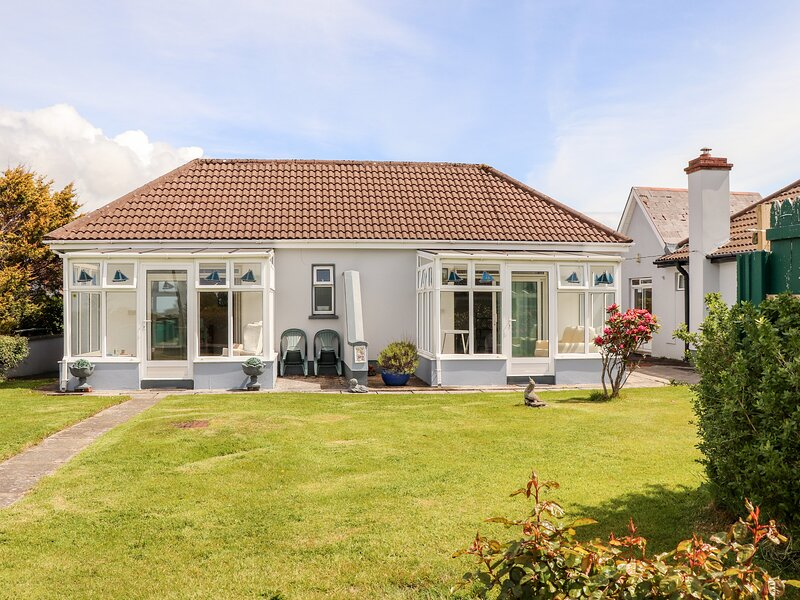 FERRY LODGE COTTAGE all ground floor, en-suite, edge of marina, close to, holiday rental in Kilrush