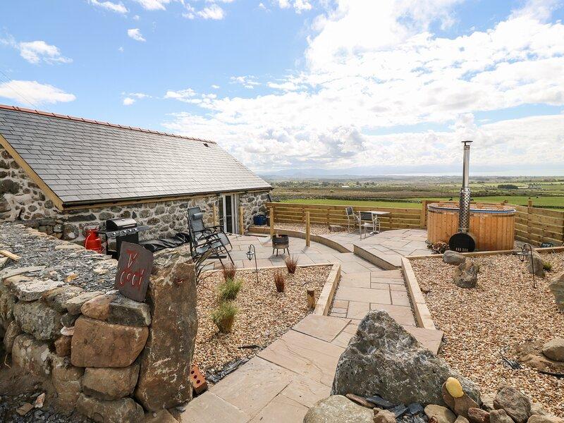 Bron Miod Barn Conversion, Trefor, vacation rental in Llanaelhaearn