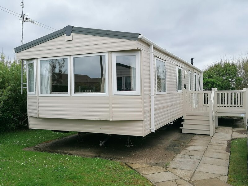 Lovely caravan for hire with decking at Skipsea Sands in Yorkshire ref 41138SF, holiday rental in Barmston