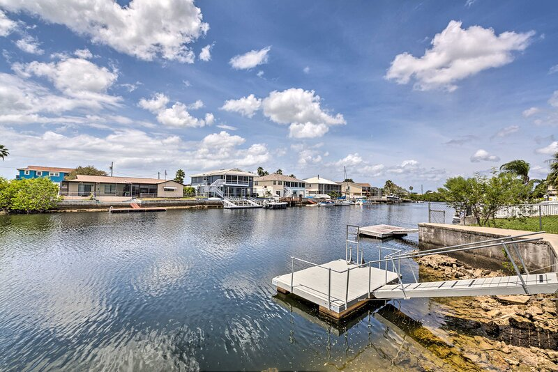 Waterfront Hernando Beach Home w/ Dock & Hot Tub!, holiday rental in Hernando Beach