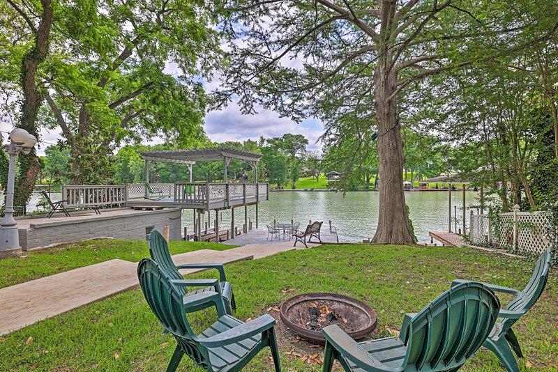 NEW! Lake Placid Waterfront Home w/ Outdoor Oasis!, location de vacances à McQueeney