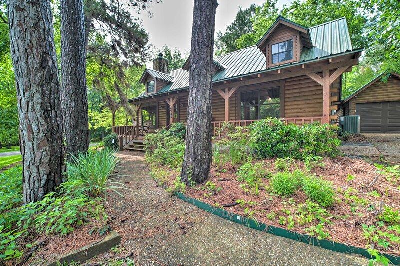 NEW! Woodsy Abode w/ Hot Tub, Deck, & Lake Access!, location de vacances à Coldspring