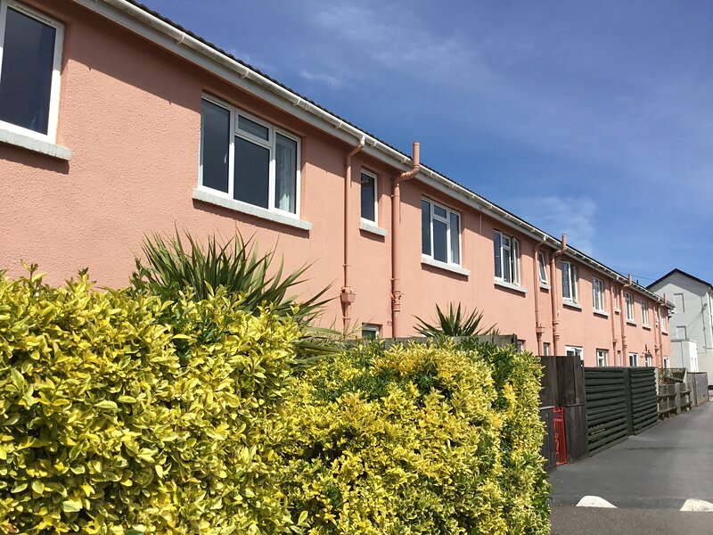 Luxury apartment on Paignton seafront, 2 minutes from beach. Pool open for 2021, location de vacances à Paignton